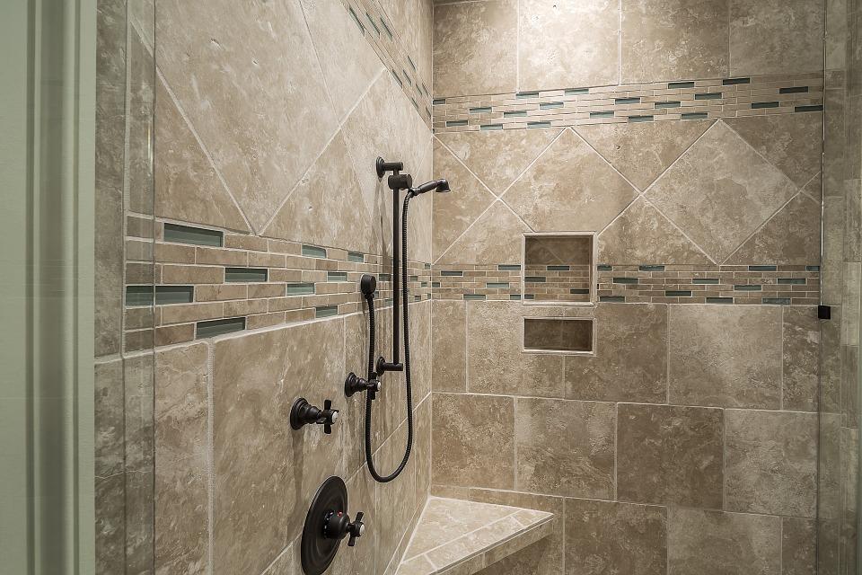 Douche en marbre dans une salle de bain design